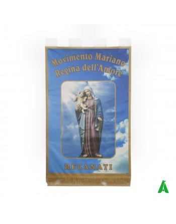 Kirchenbanner bedruckt mit Madonna, Heiligen, Landschaften und Gemälden, liturgischer Geschichte.