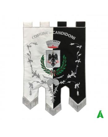 Bannières brodées personnalisées pour communautés et les institutions avec couronne, bouclier central, laurier.