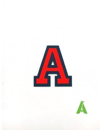 Letra A color rojo/azul, altura 5 cm, en tela de fieltro lista para coser o aplicar con termoadhesivo en la ropa.