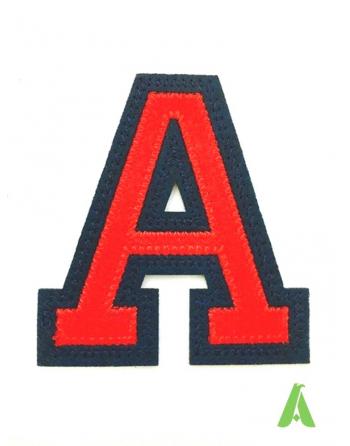 Buchstabe A zum Nähen oder Aufbringen auf rot-blaue Kleidung für Sweatshirts, Sportuniformen und Textilien.