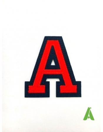 Buchstabe A bestickt für Kleidung, rot-blaue Farbe mit Thermokleber oder Nähen, auf Sweatshirt, Uniformen und Textilien.