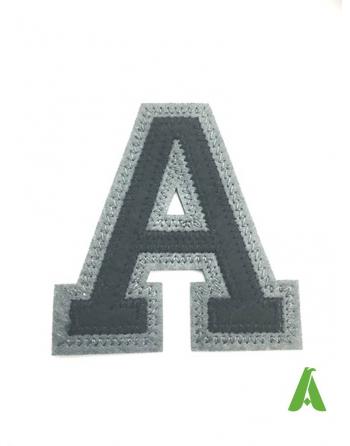 Lettre A brodée sur feutre noir / gris, thermo-adhésif et à coudre pour écrire sur des vêtements de sport et promotionnel.