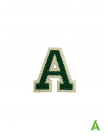 Letra A en tejido bordardo de fieltro para ropa, color verde/beige, altura 7 cm, termoadhesivo y costura en prendas y gorras.