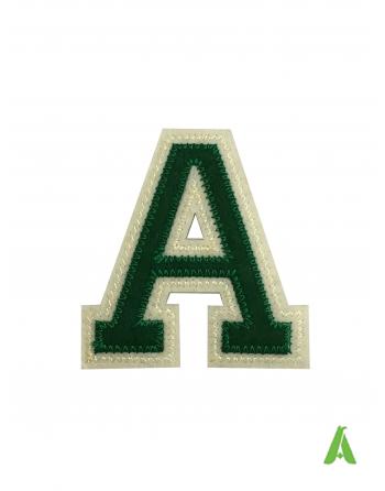 Letra bordada A en tejido de fieltro para ropa, altura 5 cm, color verde/beige, termoadhesivo y costura en prendas y gorras.