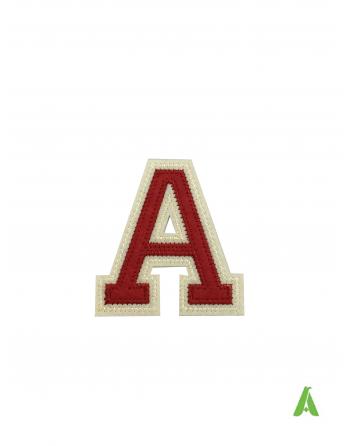 """Buchstabe """"A"""" in rot-beiger Farbe auf Filz gestickt, 7 cm, thermoadhäsiv und auf Kappen und Kleidung aufgenäht."""