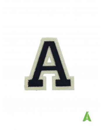 """Lettre """"A"""" de l'alphabet bleu foncé/beige, cm 7 pour sweatshirts et textiles, brodée sur feutre, à coudre et thermocollant."""