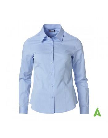 Hellblaues Damenhemd für Büro, Meetings, Messen und Unternehmen mit personalisierter Stickerei.