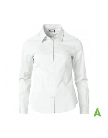 Camisa de mujer azul claro para oficina, reuniones, ferias y empresas con bordados personalizados.