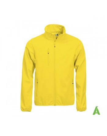 Chaqueta softshell para hombres color amarillo, bordados personalizados para empresas, deportivos y promocionales.