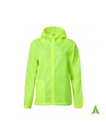 Fluo gelbe Unisex-Regenjacke mit Kapuze, verschweißten Nähten, faltbar und wendbar, personalisiert mit aufgenähtem Patch.