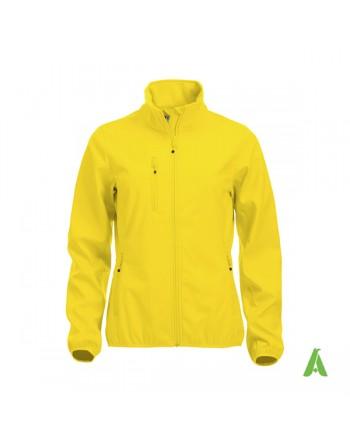 Chaqueta softshell para mujer color amarillo, bordados personalizados para empresas, deportivos y promocionales.