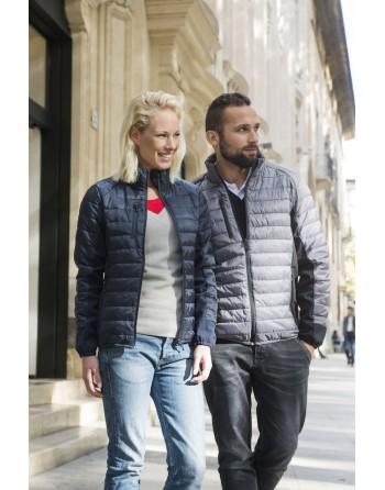 Chaqueta ligera para mujer, bolsillos para auriculares y personalizable con bordado o parche cosido para empresas.