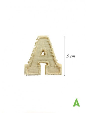 Buchstabe A aus beigem Baumwollstoff für personalisierte Schriften mit Vintage-Franseneffekt zum Bügeln und Nähen.