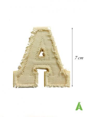 Lettera A in tessuto cotone beige per creare scritte personalizzate con effetto sfrangiato-vintage, da stirare e cucire.